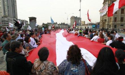 (Perú) Miles de peruanos marcharon para exigir el adelanto de las elecciones presidenciales para 2020